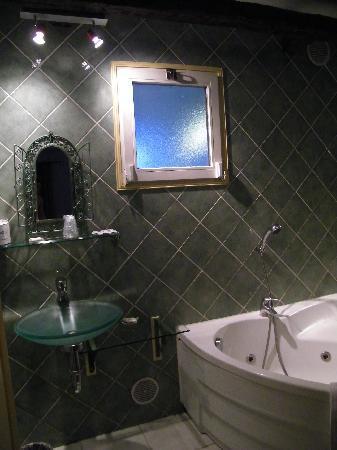 Tsilaosa Hotel and Spa: Sdb avec baignoire balnéo