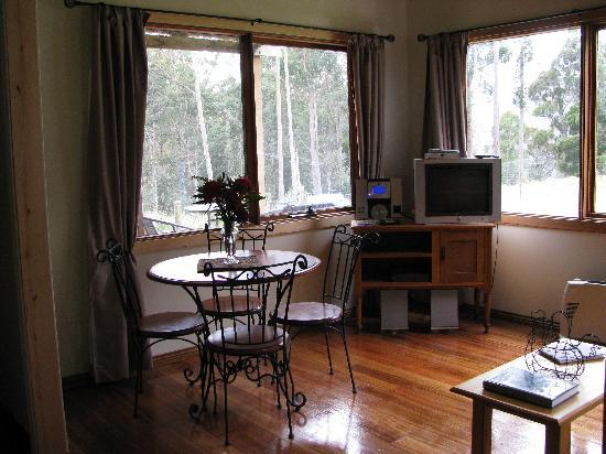 Love Grove Guest House: intimate dining room