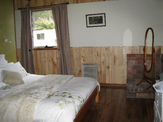Love Grove Guest House: clean,comfortable bed, very romantic and private