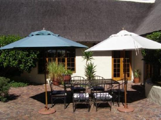 Wild Rose Country Lodge: Courtyard