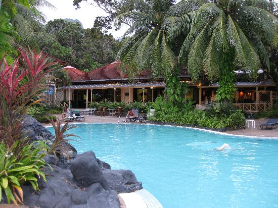 Langkawi, Malezya: Swimming Pool with hotel restaurant and lobby behind