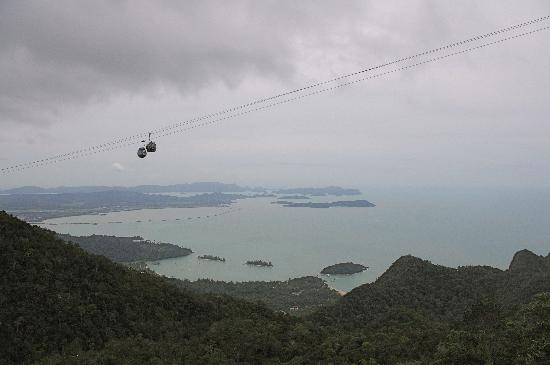 Langkawi, Malesia: Cable cars with islands in background