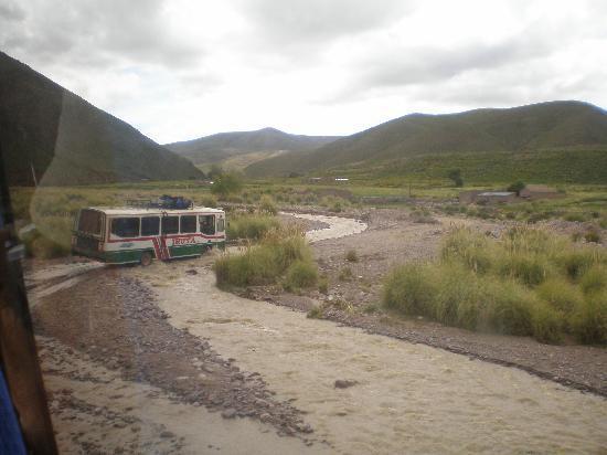Iruya, Argentina: Flussüberquerung mit Bus