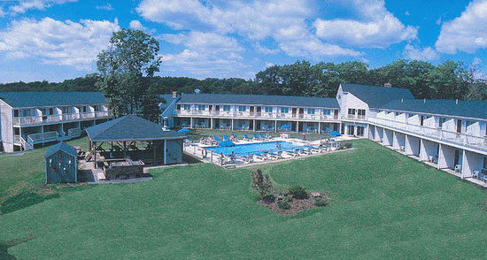 Rhumb Line Resort: Outdoor Pool, Hot Tub and seasonal Admiral's Table Grill