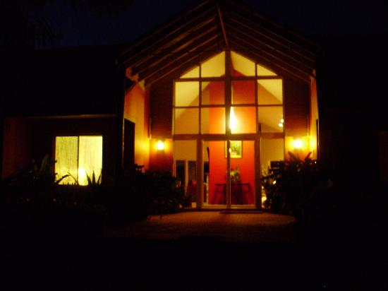 Margaret River Bed & Breakfast: The entrance at night