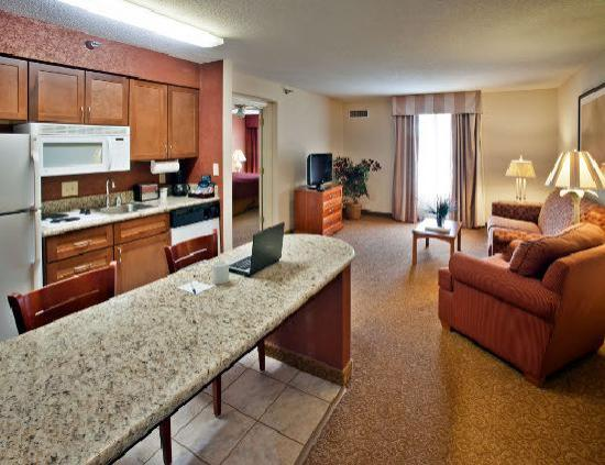 Homewood Suites by Hilton Raleigh-Durham AP / Research Triangle: Suite Living Area