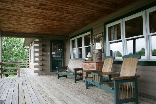 Greenwoods Bed and Breakfast Inn : A front porch made for sitting