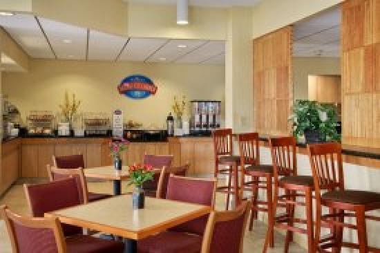 Baymont Inn & Suites/Camp Lejeune : Breakfast Area