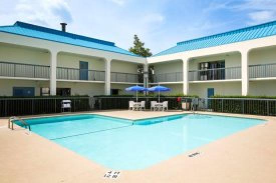 Baymont Inn & Suites/Camp Lejeune: Pool Area