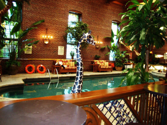 100 Fountain Spa: Indoor saltwater pool!