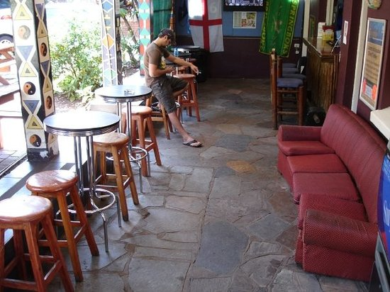 Tekweni Backpackers Hostel : A rare quiet bar moment