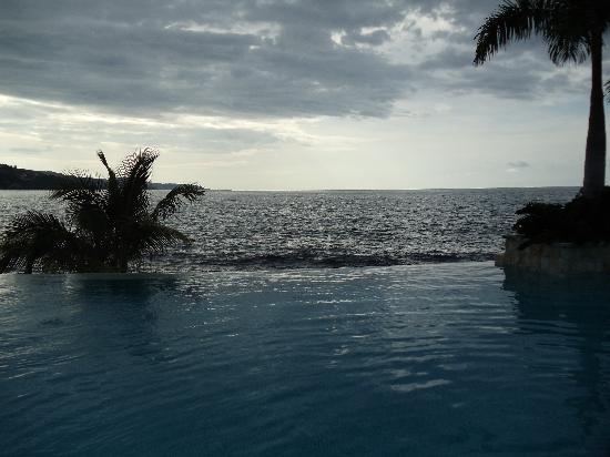 Round Hill Hotel & Villas: The most beautiful pool, rain or shine!