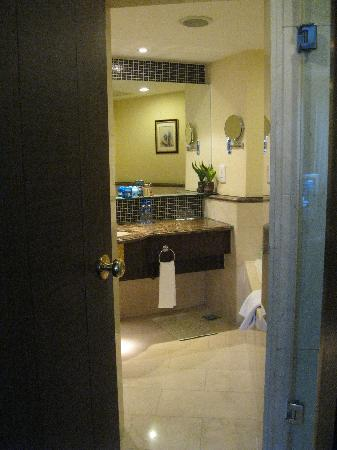 Zhaolong Hotel: Bathroom with marble floors