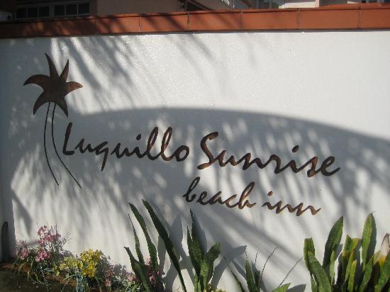 Luquillo Sunrise Beach Inn: surf across the street