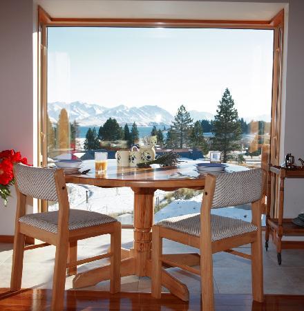 Glacier Rock Bed and Breakfast: Breakfast room view
