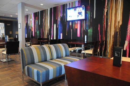 Holiday Inn Lansdale: Enjoy a drink in our Lounge