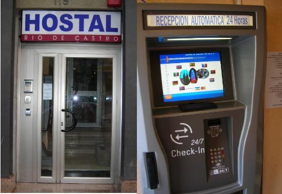 Hostal Rio de Castro: Entrada Hotel y Check-in automatico