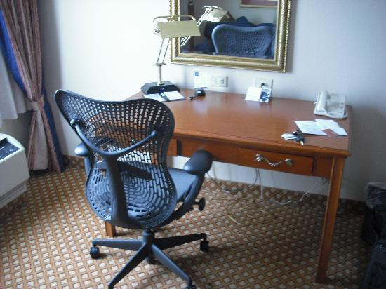 Hilton Garden Inn Cincinnati Northeast: Work area; EXCELLENT CHAIR