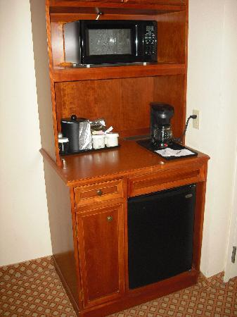 Hilton Garden Inn Cincinnati Northeast: Small refrig, microwave and coffee maker