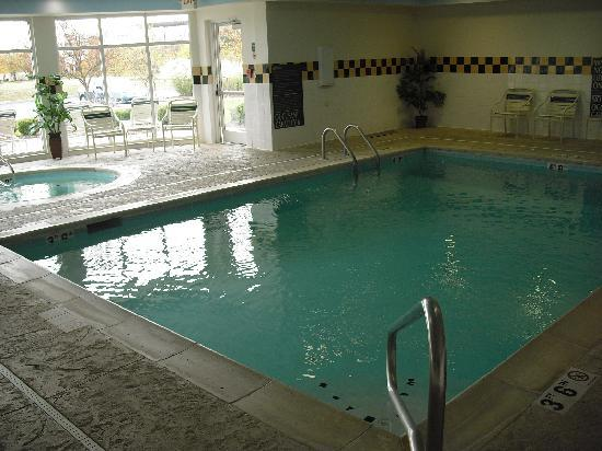Hilton Garden Inn Cincinnati Northeast: Pool and hot tub