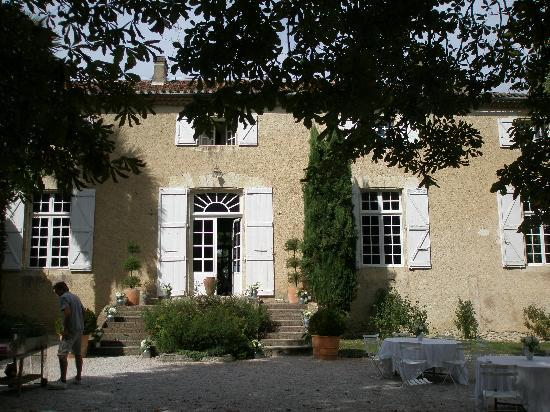 Pessan, Francia: Outside courtyard