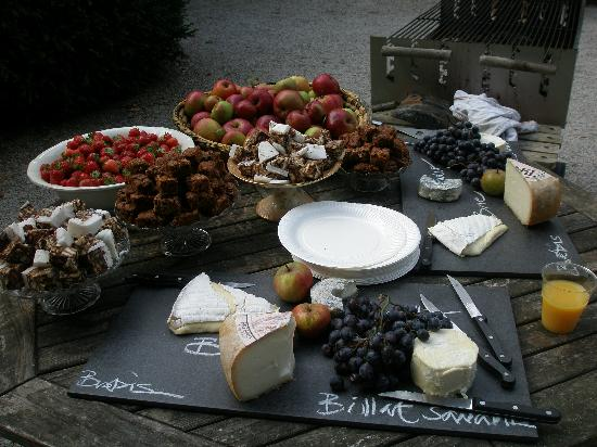 Chateau de Lartigolle : Cheese and fruit at barbeque