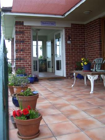 Blueberry Cottage Bed & Breakfast: Entrance welcome