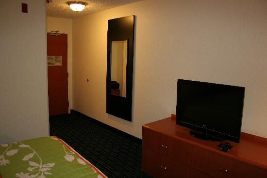 Fairfield Inn & Suites Toledo Maumee: TV and Hallway