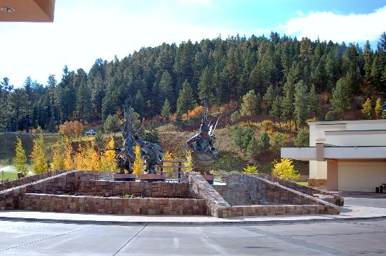 Inn of the Mountain Gods Resort & Casino : Artwork in the driveup
