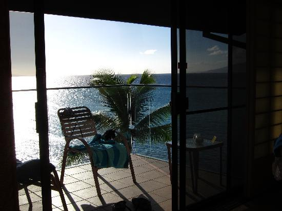Napili Kai Beach Resort: View onto our balcony (and ocean beyond)