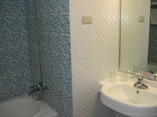 Hotel Koresco: Large bathroom