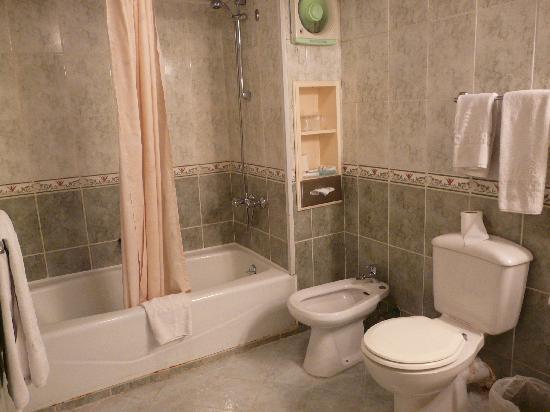 Oasis Hotel: Baño habitación