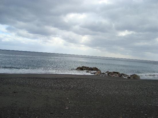 Perissa Black Sand Beach: The beach