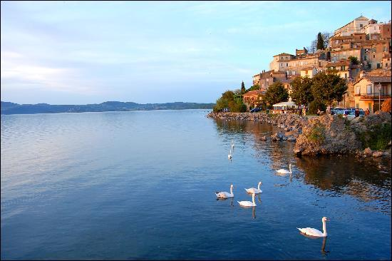 Anguillara Sabazia, Italie : Uno scorcio di Anguillara sul lago