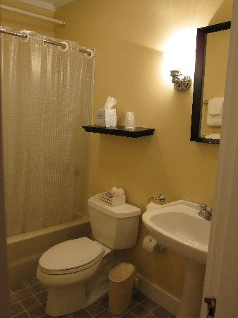 Kennebunk Inn: bathroom