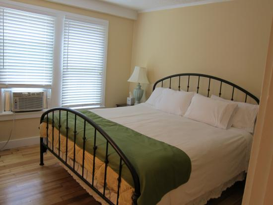 Kennebunk Inn: large comfy bed