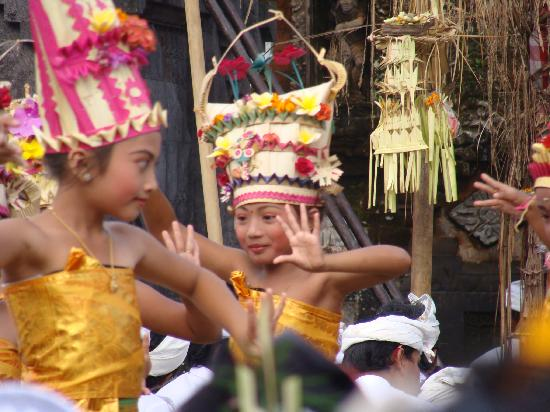 Balam Bali Villa : Rejang Dewa at the Balinese Ceremony