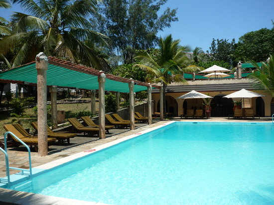 SheShe Baharini Beach Hotel: The pool and bar