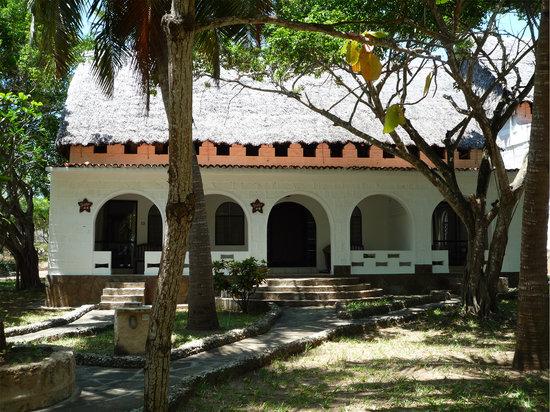 SheShe Baharini Beach Hotel: Rooms and yard