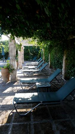 Biniarroca Hotel : A Shady Corner at Biniarroca