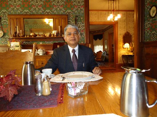Aurora Staples Inn : Hari at Breakfast table Aurora Staple Inn