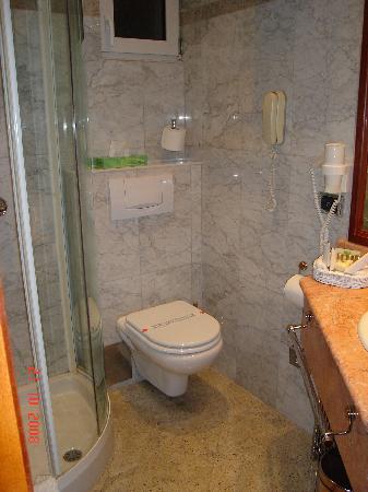 Hotel President: Bathroom