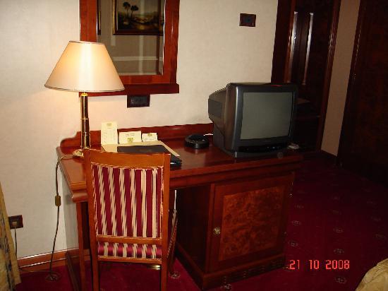 Hotel President: Bedroom workspace