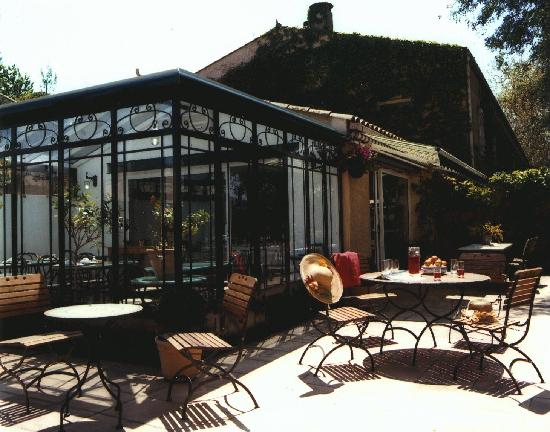 Hotel du Canal: la terrasse vous accueille pour le breackfast en été