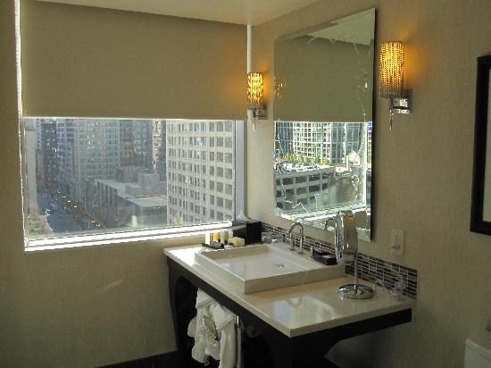 theWit - A DoubleTree by Hilton: Amazing bathroom with a view
