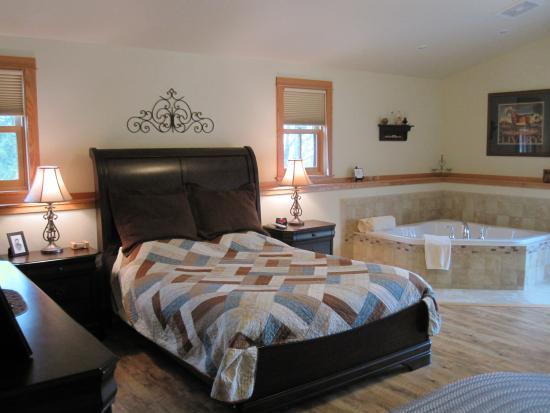 Lake Orchard Farm Retreat: Great bed & whirlpool