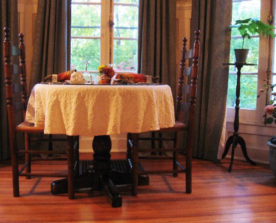 Birchwood Inn: Table for two.