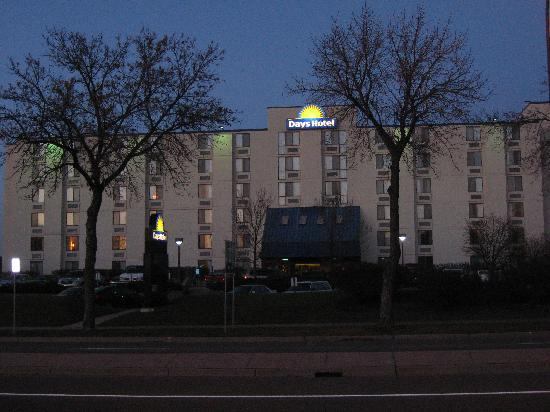 Days Hotel University Ave SE: Night view