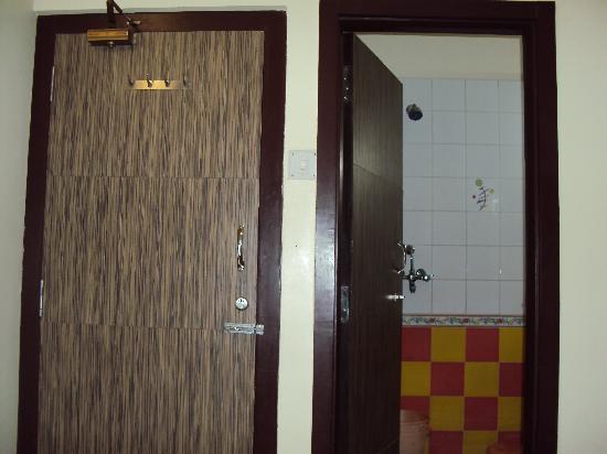 Hotel Padmini Palace: The very small bathroom