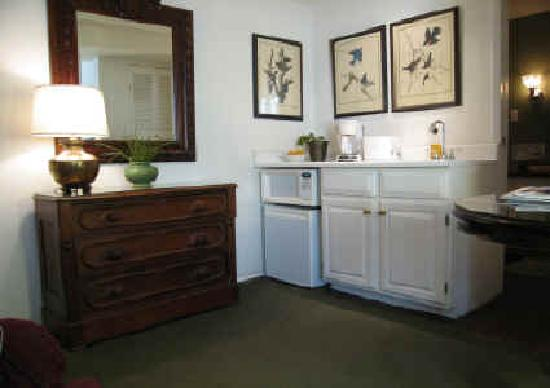 Dolores Place Bed and Breakfast: Small Kitchenette